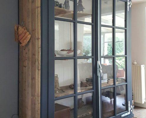 Kast van oude paneeldeuren